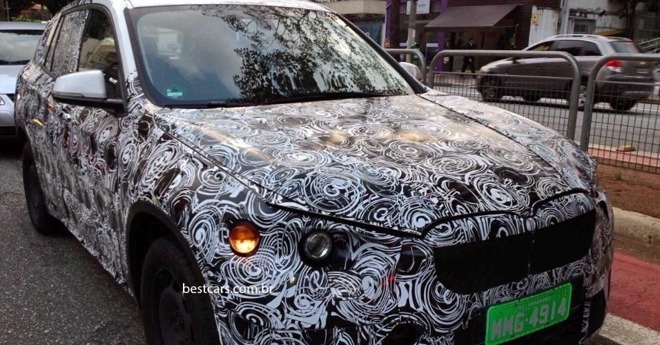 Nova geração do BMW X1, reconhecido por grade e placas de Araquari (SC), local da fábrica da marca, é flagrada em São Paulo (SP)