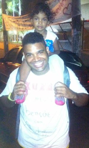 05.mar.2015 - Fã de Xuxa, Reginaldo Aparecido da Silva leva a filha para ver a apresentadora da Record