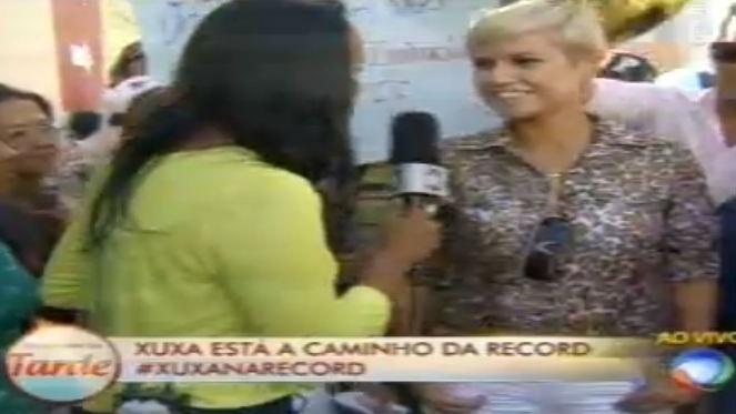 5.mar.2015 - Fã de Xuxa (sósia) à espera da apresentadora na porta da Record