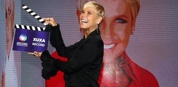 5.mar.2015 - Feliz, Xuxa tira fotos para anunciar sua contratação da Record