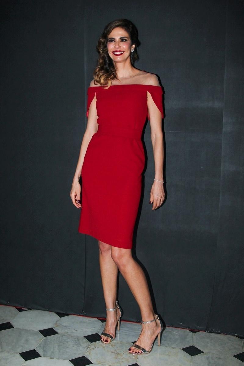 5.mar.2015 - Luciana Gimenez exibe seu modelito vermelho na pré-estreia para convidados do espetáculo