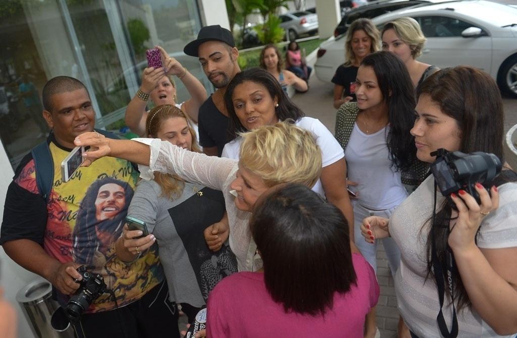 07.mar.2015 - Xuxa atende aos fãs e posa para selfies