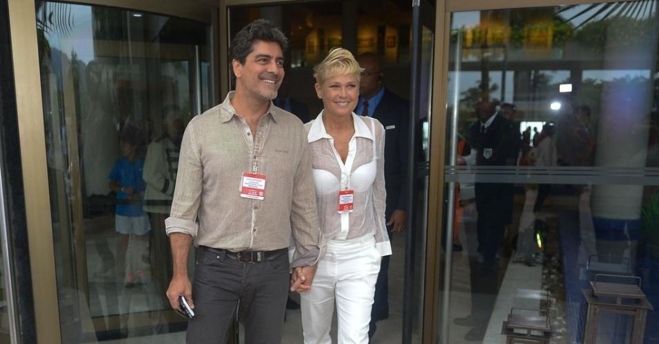 07.mar.2015 - Xuxa chega ao evento acompanhada de Junno Andrade