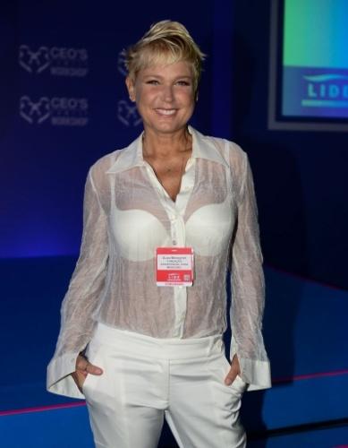 07.mar.2015 - Xuxa foi a um evento no Guarujá vestindo uma blusa transparente