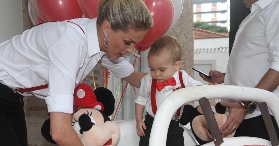 7.mar.2015 - A apresentadora Ana Hickmann comemora o primeiro aniversário do filho Alexandre em bufê em Moema, São Paulo