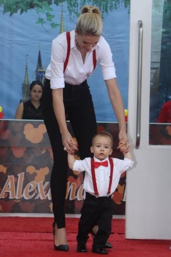 7.mar.2015 - Ana Hickmann chega com o filho Alexandre a bufê em Moema, São Paulo, para a comemoração de um ano do filho
