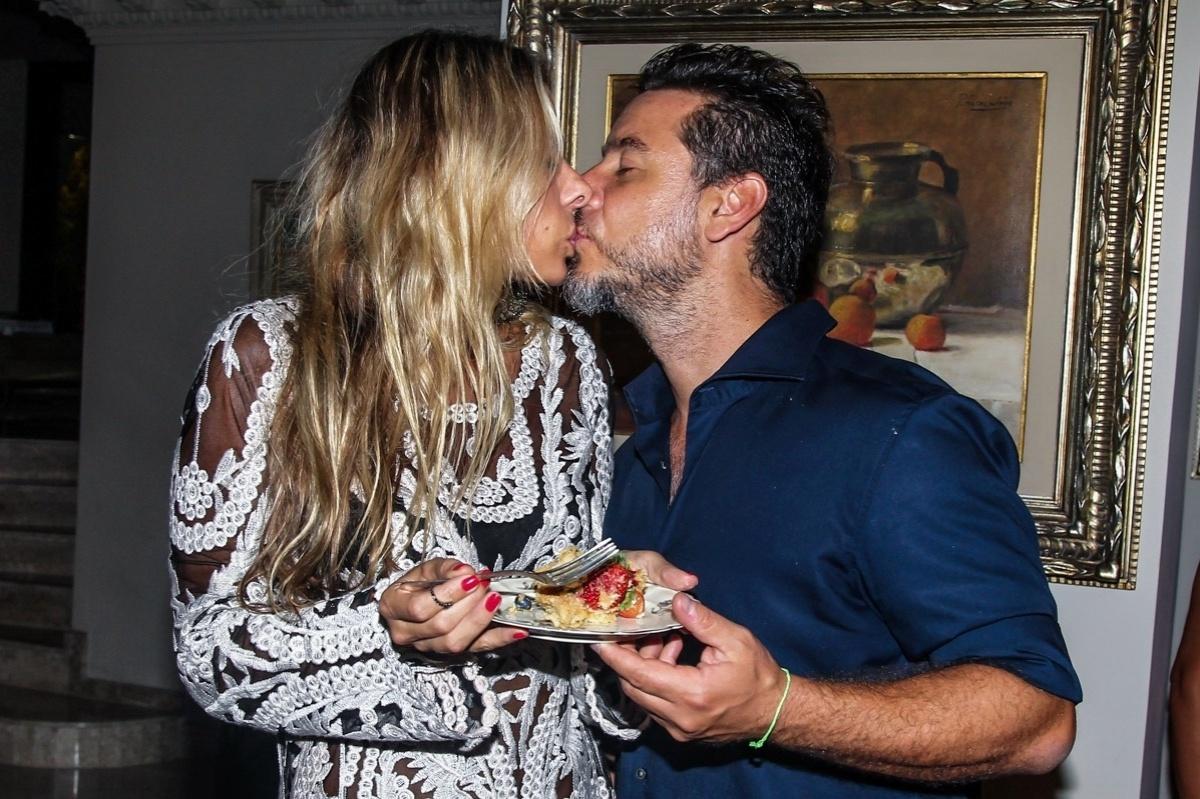 07.mar.2014 - A apresentadora Adriane Galisteu comemorou na noite de sábado o aniversário do marido, o empresário Alexandre Iódice