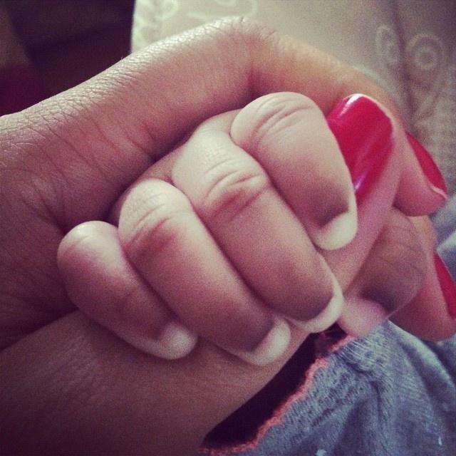 8.mar.2015 - Em homenagem ao Dia Internacional da Mulher, Taís Araújo publicou foto de sua mão com a mão da filha