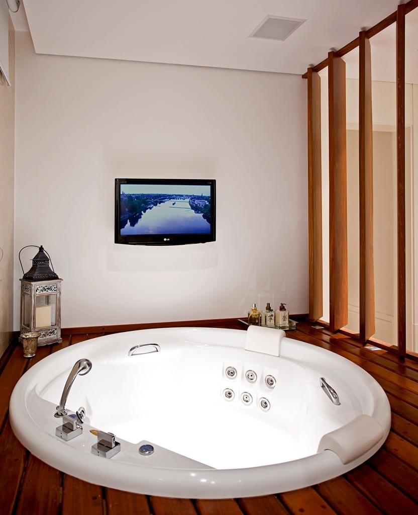 A área do spa, com acesso pelo boxe do banheiro por degraus, conta com aparelhos de TV e sonorização. O banheiro, projetado pela arquiteta e designer Maithiá Guedes, é todo revestido por mármore