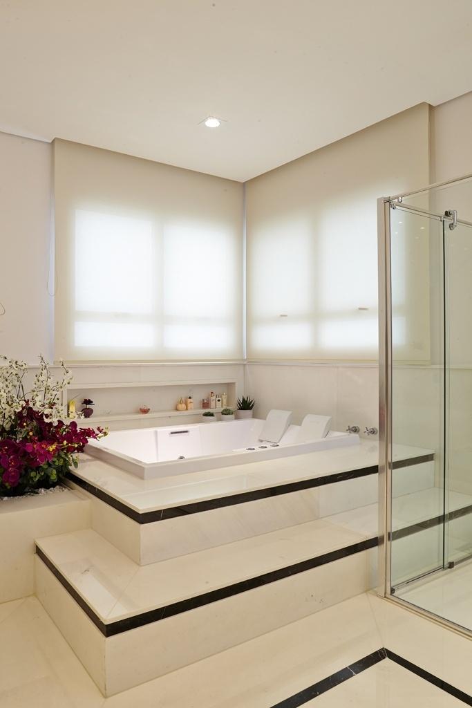 Com 25 m², este banheiro planejado pela arquiteta Leonice Alves foi revestido por mármore italiano da Parnaíba Mármores. No piso, branco Ariston, e nos filetes, preto Nero Marquina. No boxe (à dir.), duas duchas de teto e, no spa, uma hidromassagem da Pretty Jet oferece 52 jatos e cromoterapia