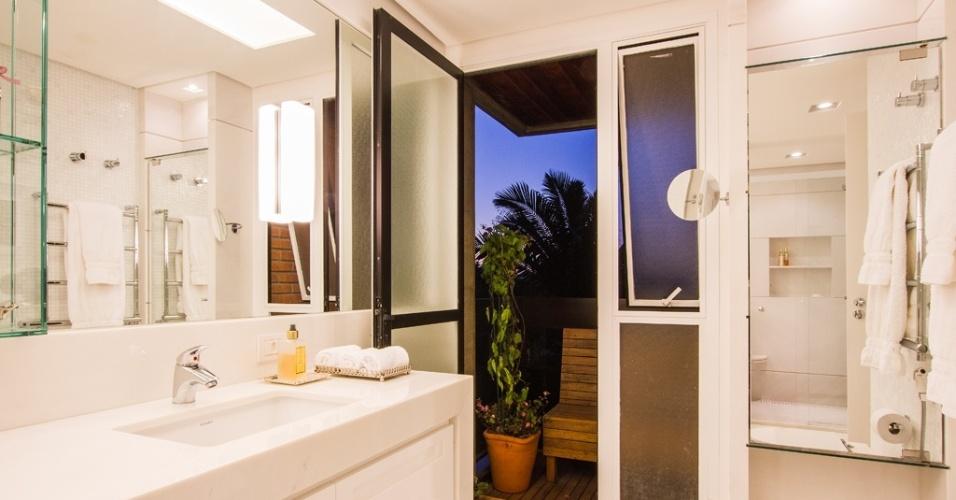 O banheiro idealizado por Cilene Monteiro Lupi está ligado a um pequeno terraço, que oferece boa ventilação ao ambiente e, de quebra, um cantinho de descanso