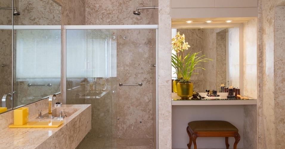 O grande chamariz do banheiro projetado pelo escritório Díptico é a penteadeira, instalada em um nicho e iluminada de modo a auxiliar a maquiagem. O banco com pés 'cabriolet' dá um toque sofisticado ao cantinho do ambiente