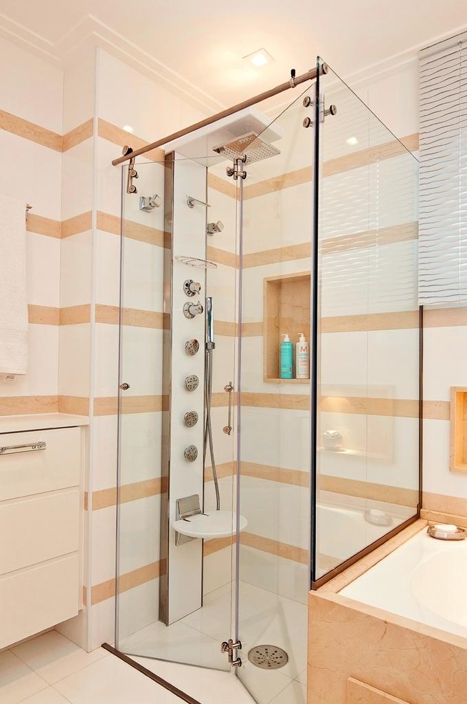 A coluna de banho, no lugar de um simples chuveiro, oferece a possibilidades de duchas ainda mais relaxantes no ambiente idealizado por Solange Guerra. O aparelho é equipado com um assento e o boxe tem abertura tipo camarão, racionalizando o espaço