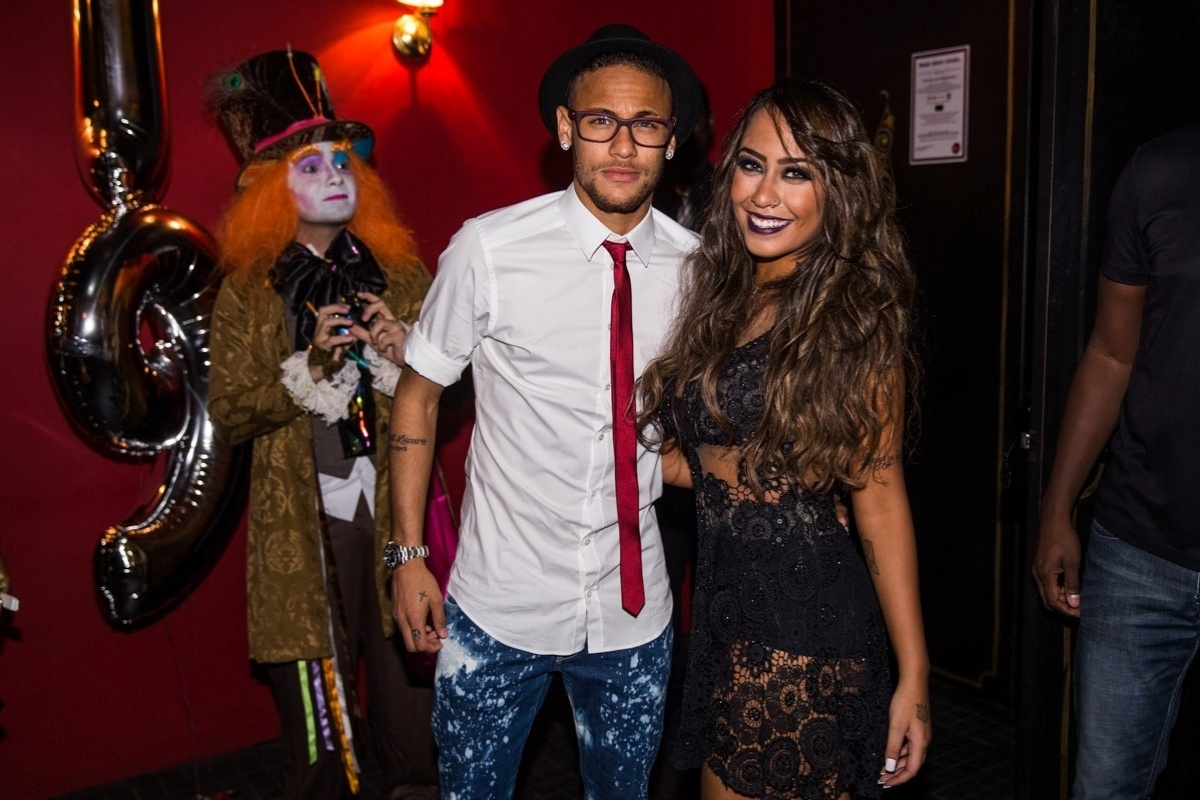 9.mar.2015 - Rafaella Santos, irmã de Neymar, comemorou a chegada de seus 19 anos com uma mega festa em uma boate paulistana na noite dessa segunda-feira. A estudante chegou usando um vestido preto, rendado e bastante revelador