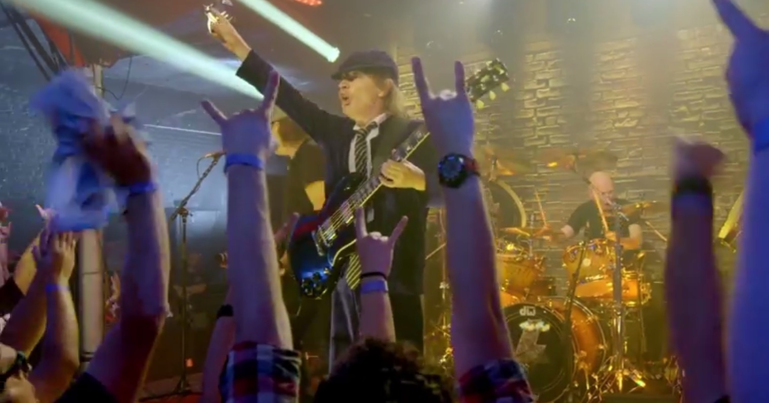 Cena do videoclipe de Rock the Blues Away, do AC/DC, gravado em um clube de Los Angeles