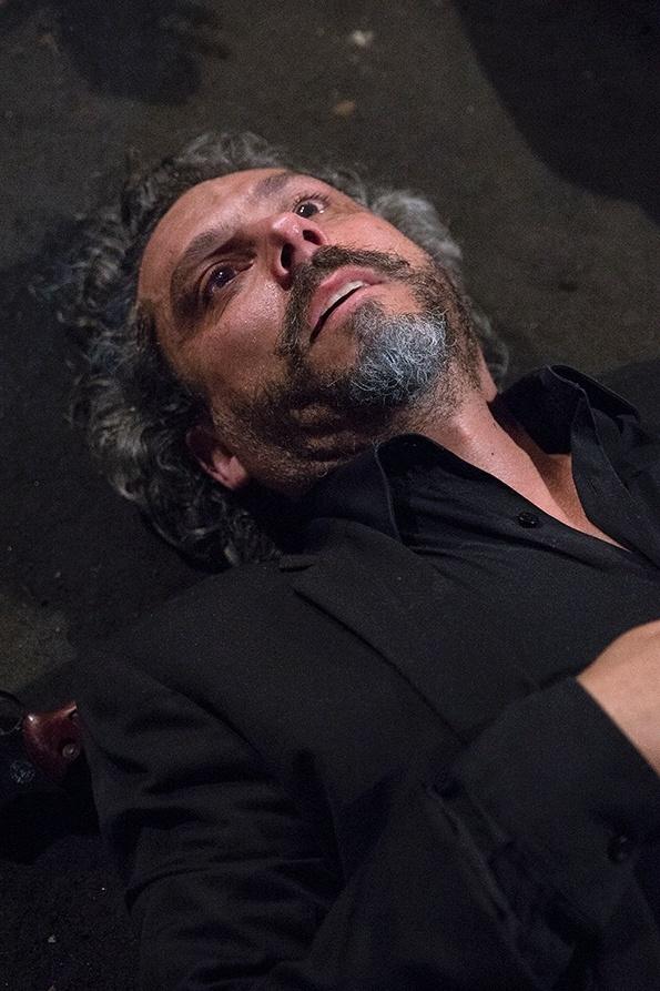 Zé Alfredo (Alexandre Nero) aparece caído em foto de