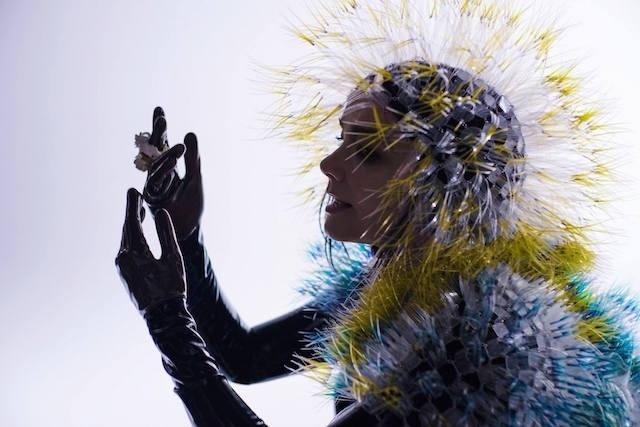 12.mar.2015 - A cantora Björk em cena do clipe de