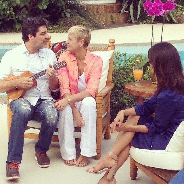 12.mar.2015 - Junno canta para Xuxa na primeira entrevista da apresentadora como contratada da Record, que vai ao ar no próximo domingo (15)