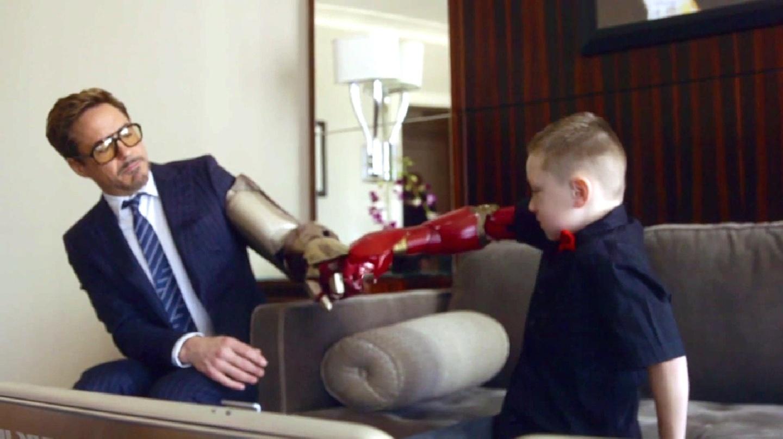 Robert Downey Jr. dá prótese mecânica com design da armadura do Homem de Ferro a garoto