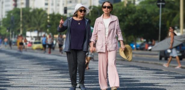 """Estela (Nathalia Timberg) e Teresa (Fernanda Montenegro) caminham no calçadão, em """"Babilônia"""""""