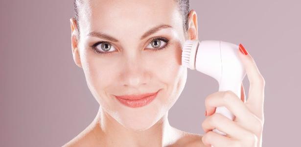 A rápida vibração das cerdas da escova eletrônica facilita a remoção de impurezas