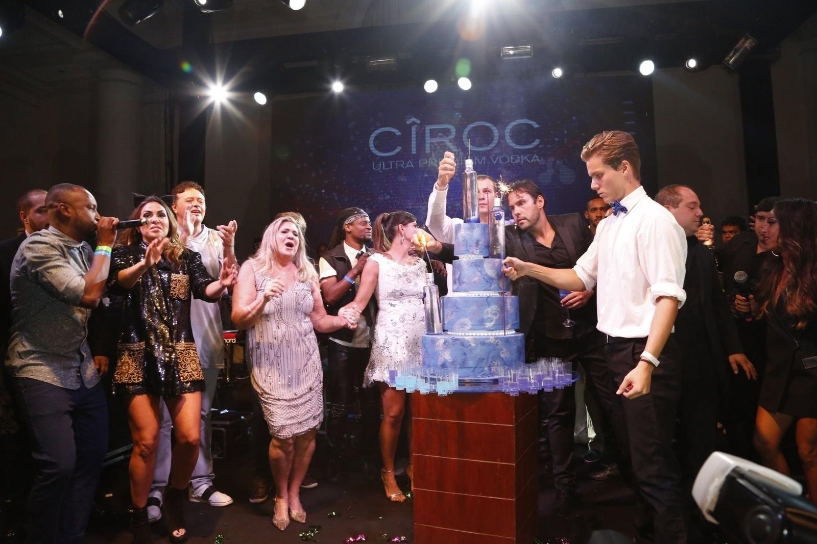 13.mar.2015 - Thiaguinho sobe ao palco da festa de aniversário da promoter Carol Sampaio e surpreende a plateia no Copacabana Palace Hotel, na zona sul do Rio de Janeiro, na noite desta sexta-feira