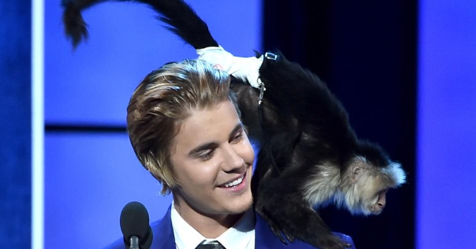 16.mar.2015 - Justin Bieber gravou programa de comédia ao lado de um macaco