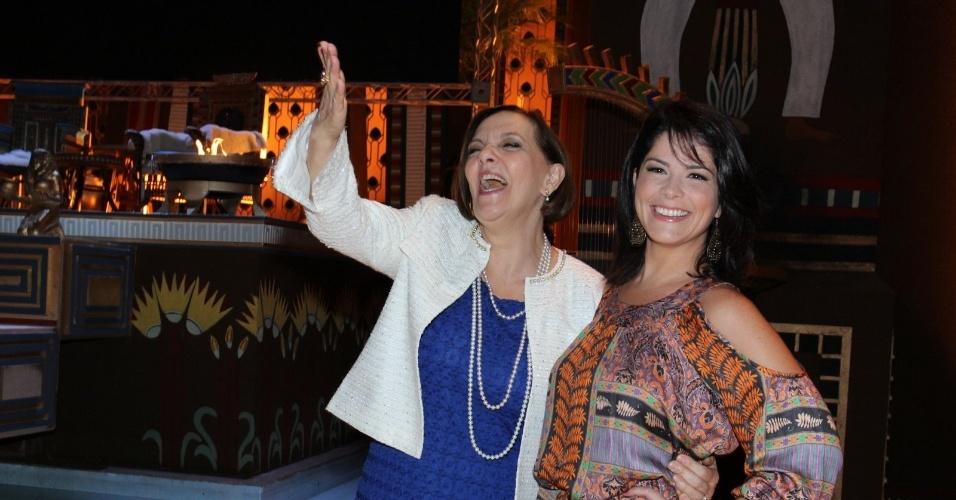17.mar.2015 - Denise Del Vecchio e Samara Felippo posam durante a apresentação de