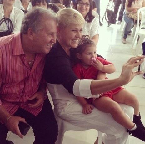18.mar.2015 - Xuxa faz selfie com Zico e a netinha do craque, Alice