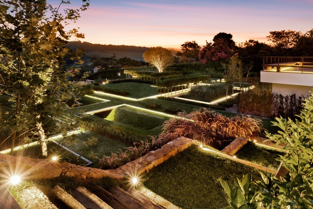 O jardim composto por depressões e pontes foi criado pelo paisagista Alex Hanazaki. Premiada internacionalmente, a composição é formada por poucas espécies como grama esmeralda, fícus e capim do Texas nas variações verde e rubra. Ao cair da noite, perfis de alumínio equipados com LEDs iluminam o local