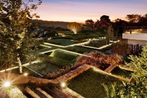 Luz dramática, geometria e muito verde compõem jardim com 9 mil m² - Yuri Seródio e Beto Riginik/ Divulgação