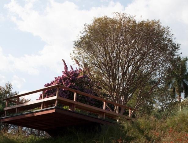 O jardim de depressões e pontes criado por Alex Hanazaki é formado por poucas espécies como grama esmeralda, fícus podados e capim do Texas verde e rubro. A madeira é usada como estrutura para decks, escadas e mirantes, como o da foto