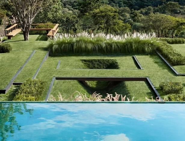 A piscina encontra-se no primeiro nível do terreno, logo abaixo, está o jardim estruturado em platôs criado por Alex Hanazaki e pontuado por poucas espécies como capim do Texas e jabuticabeiras. Essas variedades não interferem na livre apreciação do entorno