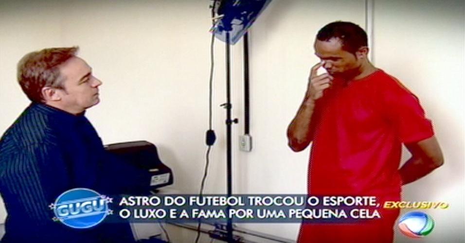 18.mar.2015 - Gugu Liberato entrevista o ex-goleiro Bruno durante seu programa na Record, na noite desta quarta-feira