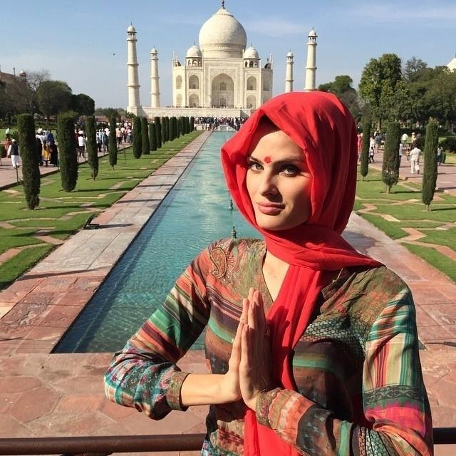 19.mar.2015 - Como qualquer turista, Isabeli Fontanta fez pose em frente ao Taj Mahal, durante sua passagem pela Índia