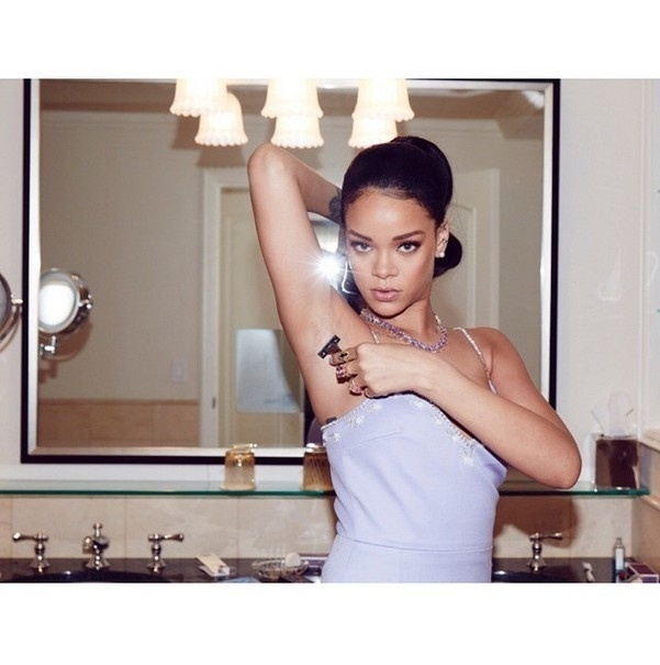 20.mar.2015 - Rihanna posta foto raspando as axilas