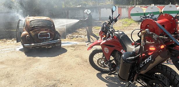 Bombeiros do Rio usam motos para combater pequenos incêndios com agilidade