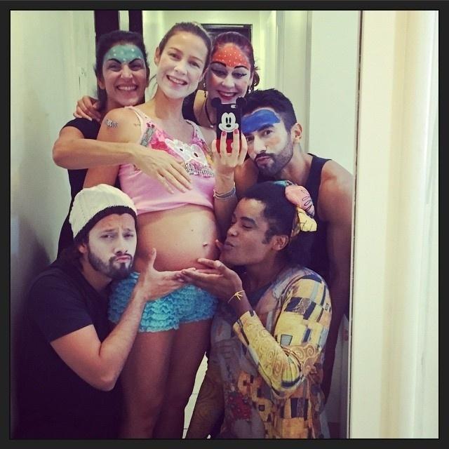 21.mar.2015 - Entrando no quarto mês de gravidez de gêmeos, Luana Piovani resolveu mostrar aos fãs que a barriga já está bem saliente. Em seu Instagram, a atriz postou uma foto do elenco da peça infanti