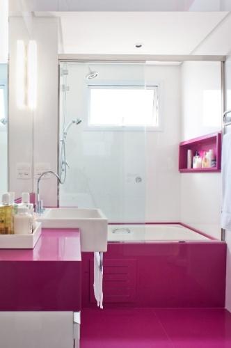 Banheiros a partir de 2,72 m² são ampliados por louças e móveis sob medida   -> Banheiro Pequeno Moderno Com Banheira