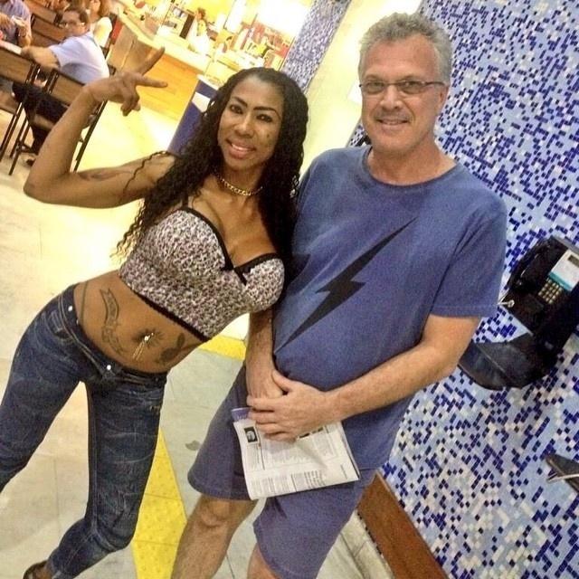 Inês brasil posa ao lado do apresentador Pedro Bial