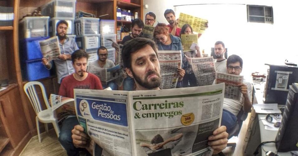 No Facebook, Rafinha Bastos publica uma foto lendo o caderno de empregos do jornal com a sua equipe ao fundo: