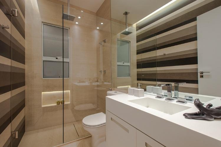 Banheiros a partir de 2,72 m² são ampliados por louças e móveis sob medida   # Banheiro Pequeno Piso Grande