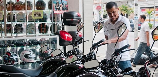 Consumidor olha loja de motos usadas e peças no centro de São Paulo (SP)