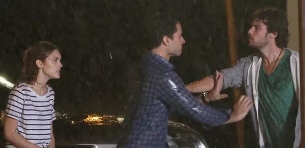 Depois de ver Júlia e Pedro abraçados, Edgard fica furioso e acaba agredindo o biólogo