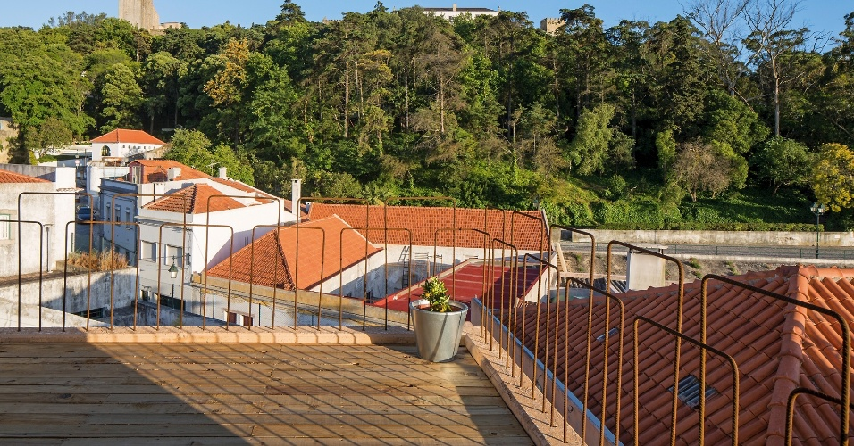 No terceiro pavimento da Casa do Zé, estruturada em concreto armado, estão os ambientes sociais e uma varanda externa, onde o deck de madeira prolonga a área de descanso. O piso mais alto tem a vista mais desafogada de Palmela, vilarejo português próximo à Lisboa. Os projetos de arquitetura e de design de interiores são assinados pelo Paratelier