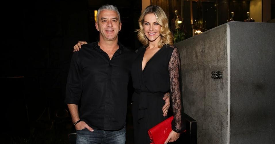 25.mar.2015 - Ana Hickmann e o marido Alexandre foram comemorar os 10 anos de casamento de Marcos Mion e Suzana Gullo, que aconteceu na noite desta quarta-feira (25), em uma casa noturna em São Paulo