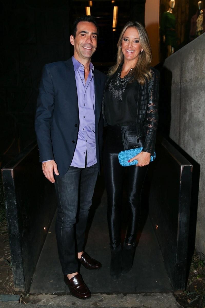 25.mar.2015 - O casal César Tralli e Ticiane Pinheiro se diverte no lançamento da coleção de uma grife em uma loja no bairro dos Jardins, na zona sul de São Paulo, na noite desta quarta-feira