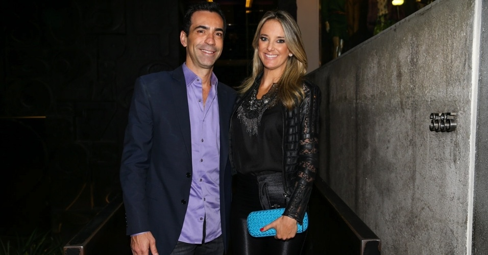 25.mar.2015 - Ticiane Pinheiro e César Tralli foram comemorar os 10 anos de casamento de Marcos Mion e Suzana Gullo, que aconteceu na noite desta quarta-feira (25), em uma casa noturna em São Paulo