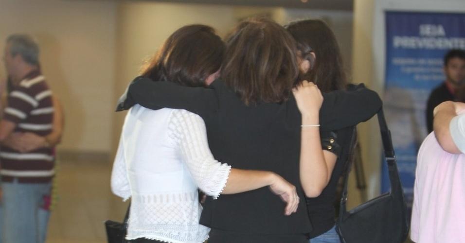 26.mar.2015 - Betty Faria, a filha Alexandra Marzo e a neta Giulia se abraçam no velório do ator Claudio Marzo