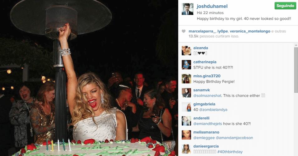 27.mar.2015 - Fergie completou 40 anos nesta sexta-feira (27) e comemorou com bolo e muita empolgação.No Instagram, o marido da cantora Josh Duhamel publicou uma foto do momento em que ela assoprou as velinhas.